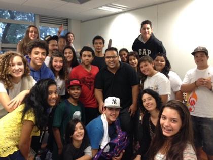 Daniel Portilho (centro) com os alunos do projeto Sol Maior. Foto: Aline Luísa Bisol
