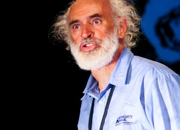 o velho safado charles bukowski interpretado no teatro em porto alegre