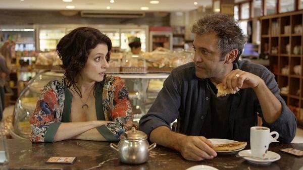 """Denise contracenando com Domingos Montagner no filme """"De Onde Eu Te Vejo""""."""