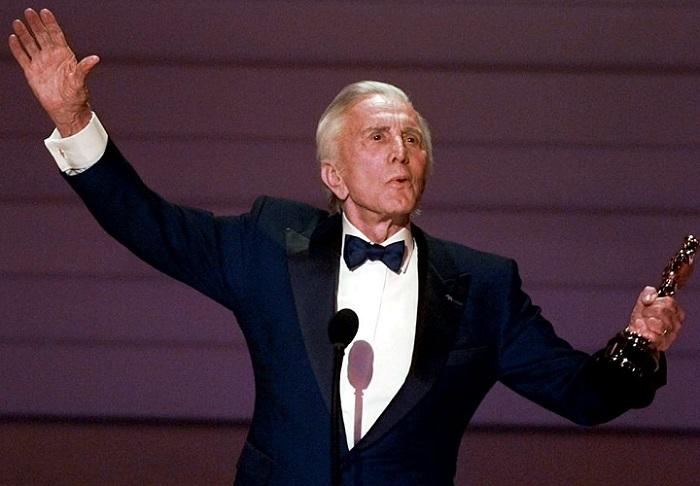Kirk Douglas recebeu Oscar Honorário em 1996