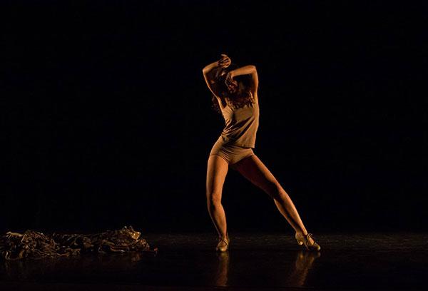 mulher dança durante a peça mulheragem do festival sesc mulher