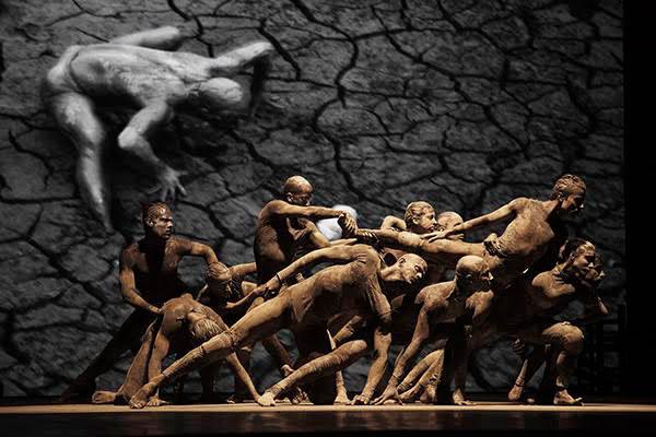 bailarinos sujos de lama em espetáculo cão sem plumas de deborah colker