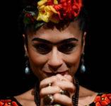 atriz interpreta frida kahlo no espetáculo do sesc mulher